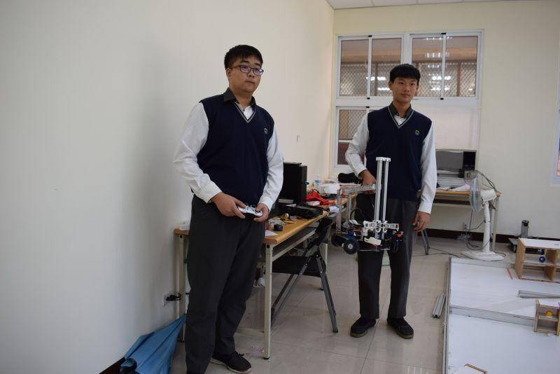 ▲機器人撿球設計賴明賢、周俊佑。(圖/記者洪佳伶攝,2020.12.01)