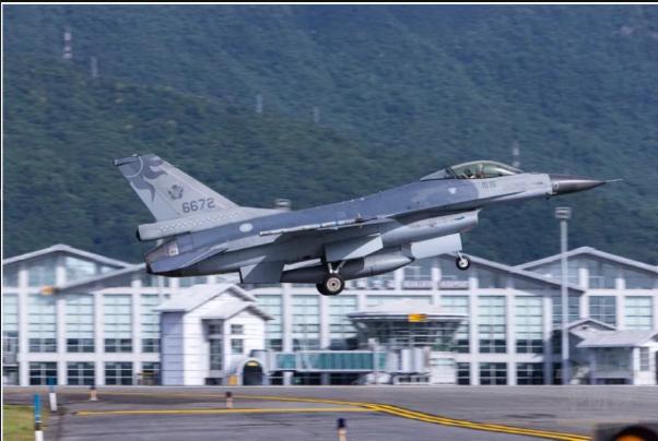 ▲空軍F-16戰機,由飛官作戰隊長蔣正志駕駛的F-16A型機(單座機) 機號6672。(圖/軍聞社提供)