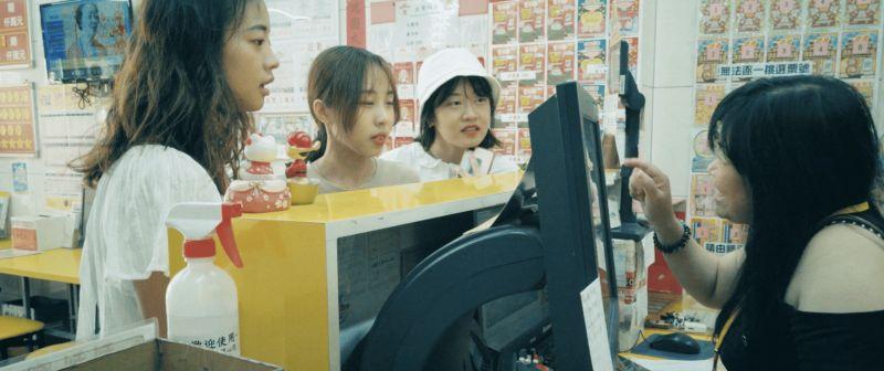 ▲賣彩券不僅是賣一份希望,賣的更是一種人性的溫暖。在台南古都觀光勝地,有一家投注站外掛著寫上「問路店」的大紅燈籠,經銷商常細心講解地圖與交通、推薦在地美食給客人。(圖/擷取自台灣彩券「美好的所在」影音)