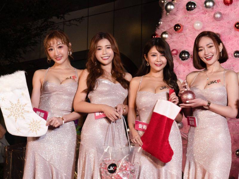 ▲JKF女郎妮妮(左起)、Q匠、安希、奶妹點燈。(圖/JKF提供)