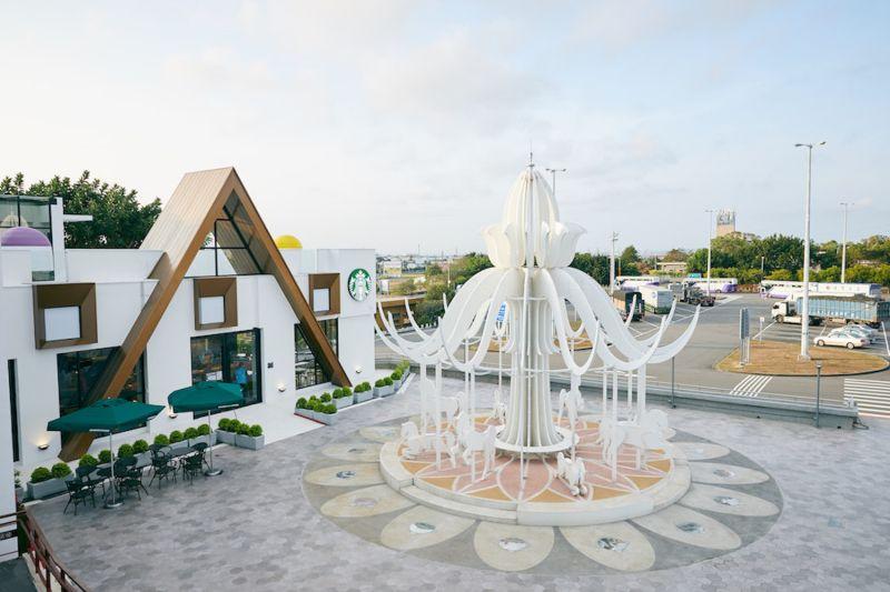 ▲星巴克首座夢幻積木城堡門市——泰安南門市,今(2)日起盛大開幕。(圖/業者提供)