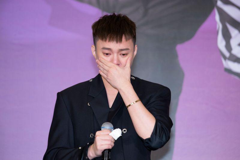 許富凱在台上聽到張小燕提起已經過世的恩師「寇桑」黃義雄,難掩激動情緒落下淚來。(圖/凱聲影藝提供)