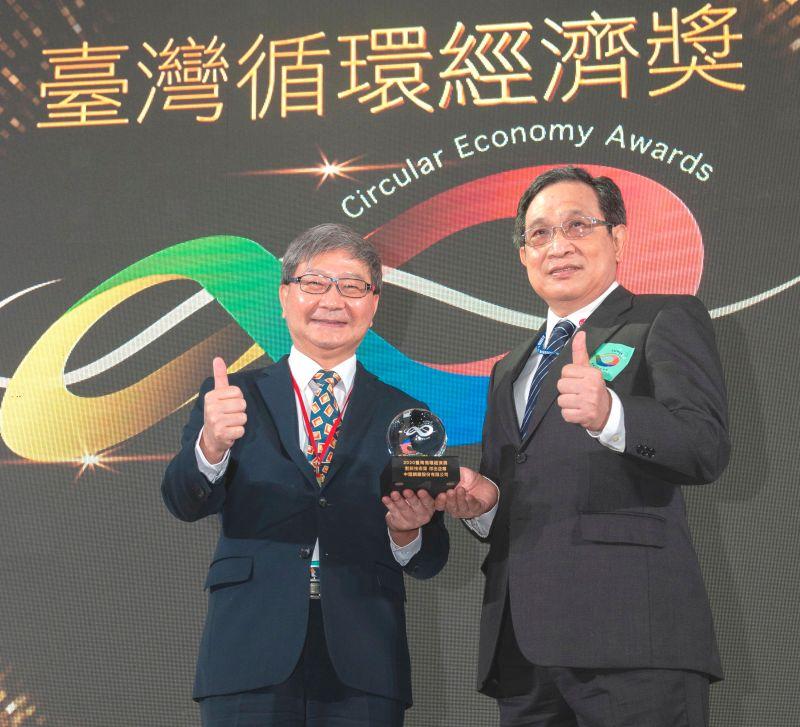 ▲中鋼公司獲台灣循環經濟獎之殊榮,由環保署副署長沈志修(左)頒獎給中鋼公司,由該公司生產副總經理羅文驥(右)代表領獎。(圖/記者黃守作攝,2020.12.02)