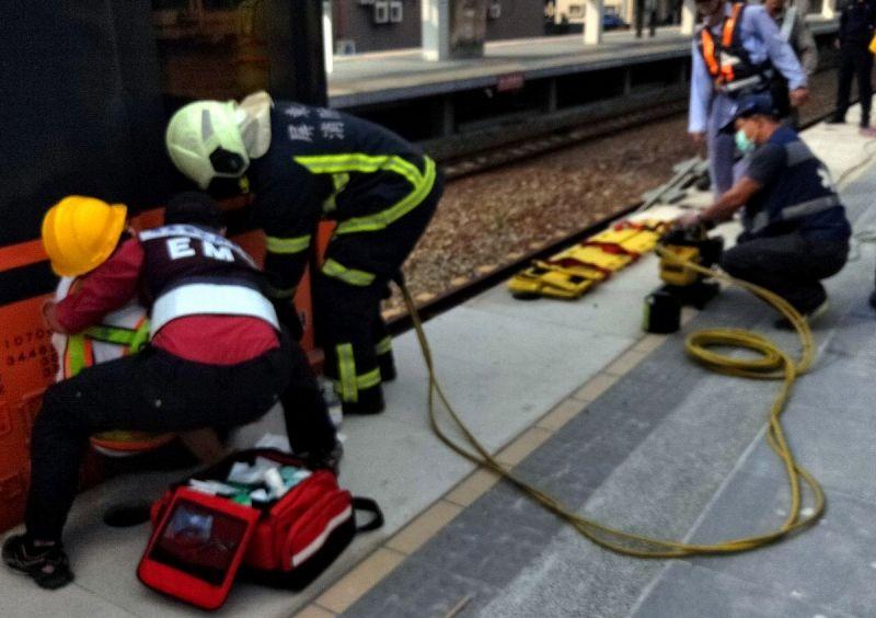 ▲消防救護人員運用油壓撐開器讓縫隙擴大才將郭姓站務佐理救起。(圖/記者黃正忠翻攝,
