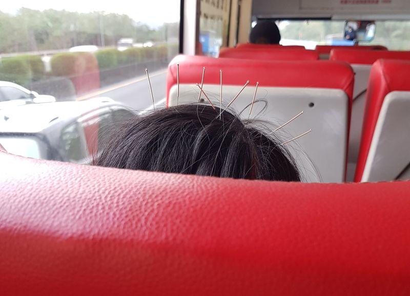 ▲有網友在公車上驚見一位婦女頭上插了9支針,讓他好傻眼。(圖/翻攝自《新·路上觀察學院》臉書社團)