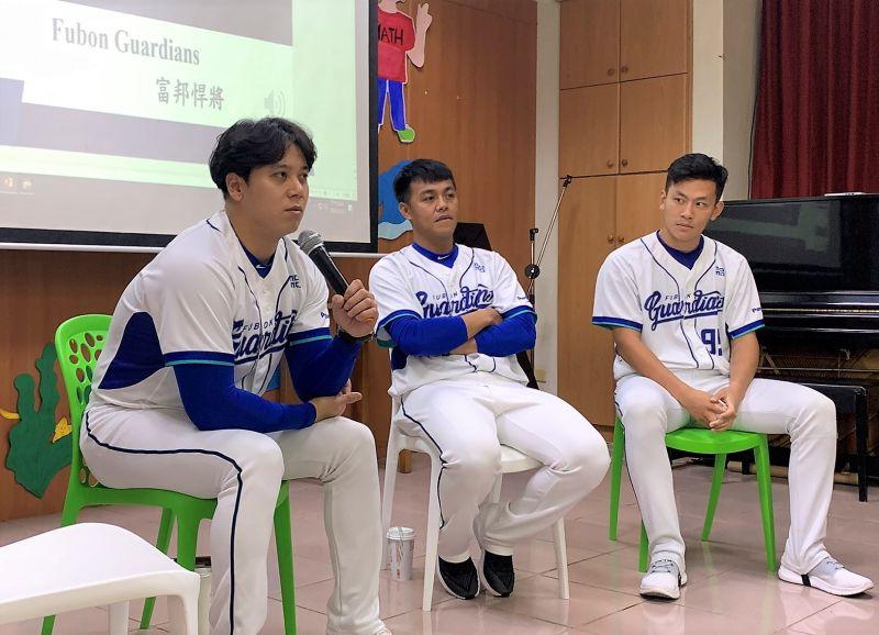 ▲三位大哥哥在台大教授郭佳瑋介紹下,認識職業棒球隊組成的要素,包括教練團、裁判、球場服務、球員、訓練員、經紀人、球探、球評等。(圖/鎮海國中提供)