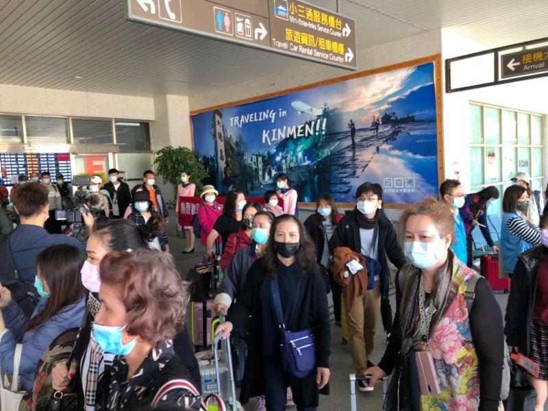 ▲金門花蓮雙向包機旅遊,今天約中午左右,約180名花蓮遊客抵金。(圖/蔡若喬攝)