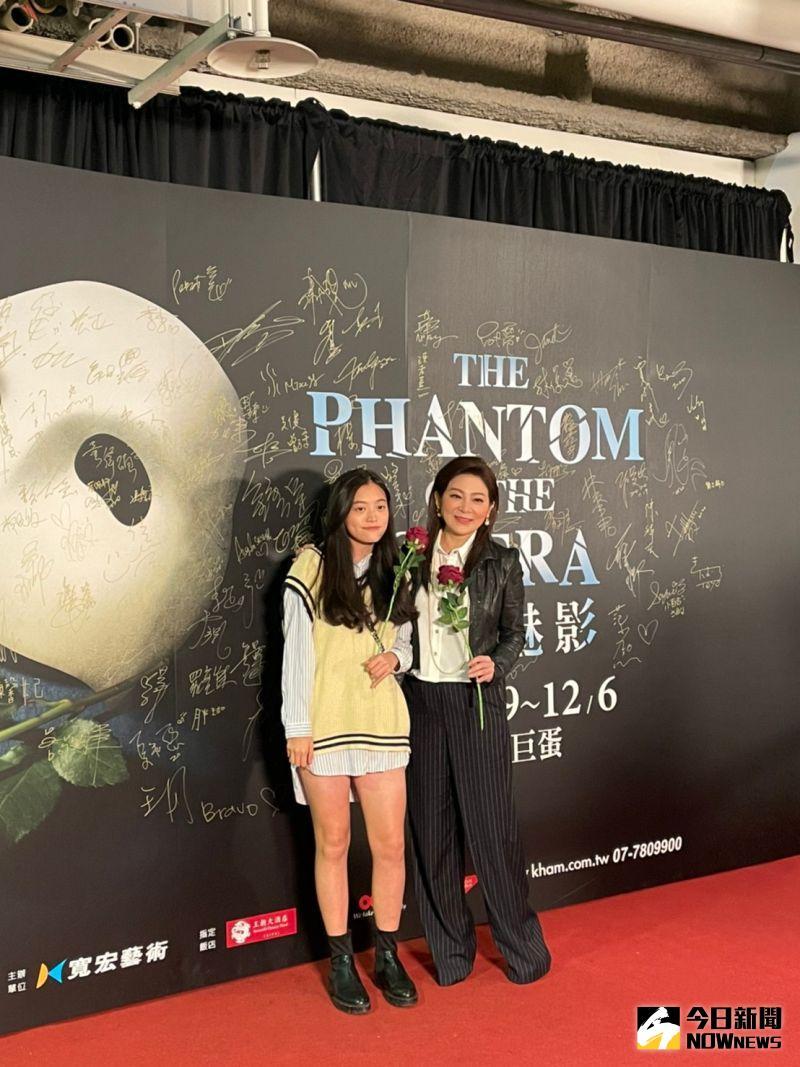 ▲王彩樺帶著小女兒一起觀賞《歌劇魅影》。(圖/記者吳雨婕攝
