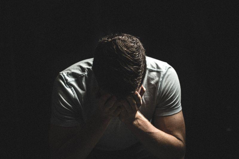▲男子無法接受事實,當場崩潰。(示意圖,圖中人物與文章中內容無關/取自 pixabay )