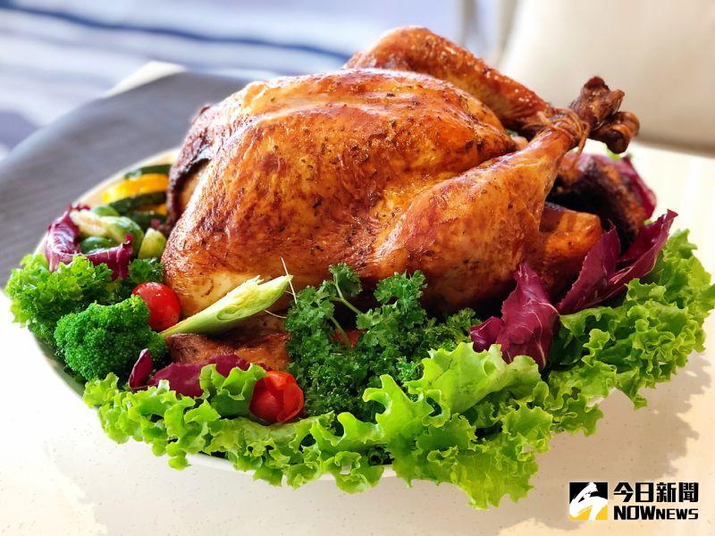 ▲重達6公斤的火雞填入新鮮時蔬與義式香料醃漬一晚,外皮金黃而肉質香嫩,加上繽紛的擺盤呈現,味覺視覺都滿足。(圖/記者陳美嘉攝,2020.12.03)