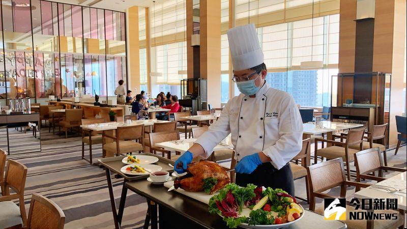 ▲「爐烤火雞分享餐」主廚還將提供桌邊分切服務。(圖/記者陳美嘉攝,2020.12.03)