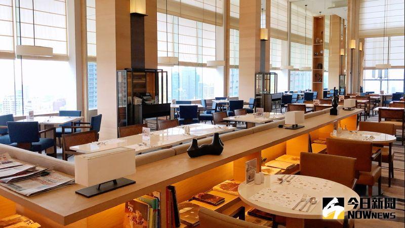▲ 餐廳保留令人驚豔的高空美景,室內挑高空間與270度全景景觀,大面玻璃窗讓高雄港盡收眼底。(圖/記者陳美嘉攝)