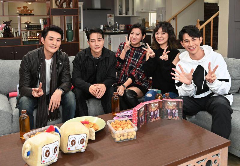 ▲方大緯(左起)、薛仕凌、米可白、林雨宣、曾子益出席映後直播和觀眾互動。(圖 / 台視提供)