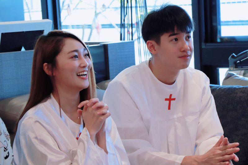 ▲張文綺(左)、紀詠勳一起受洗。(圖/翻攝藝起發光臉書)