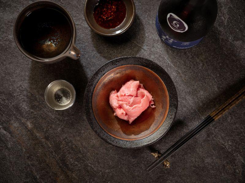 ▲新菜色「一品超美味」,為和牛刺身的升級版料理。(圖/業者提供)
