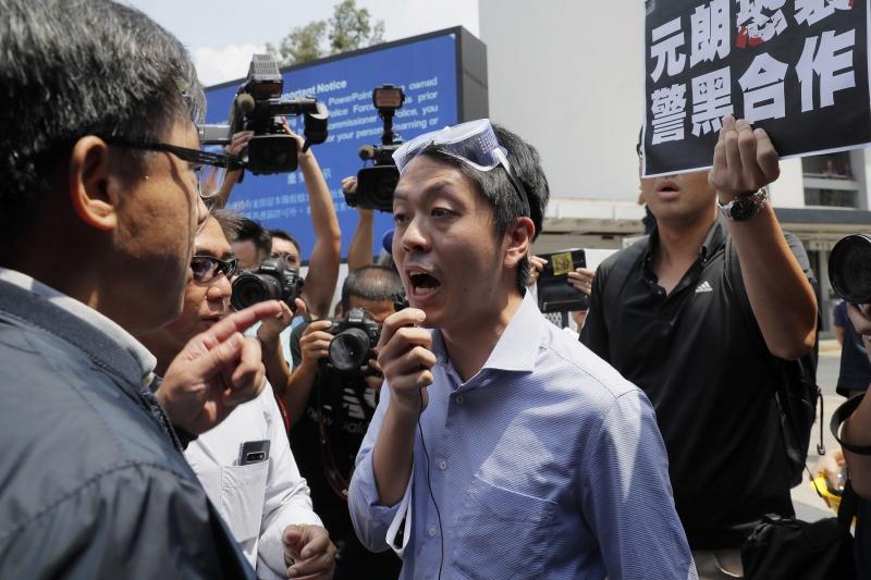 ▲香港泛民主派議員許智峯3日晚在臉書發表公開信,正式宣布流亡海外,並退出香港民主黨。他過去曾多次現身反送中場合,並於立法會代表民主派發聲、與親中建制派議員對況。資料照。(圖/美聯社/達志影像)
