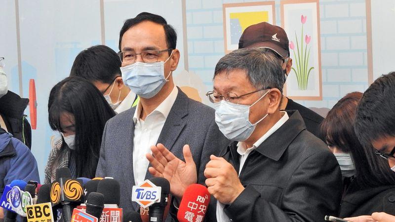 國民黨前主席朱立倫和台北市長柯文哲4日同台出席公益活動,柯文哲被記者問到明倫社會住宅爭議,比手畫腳說明起來。(圖/記者陳弘志攝,2020.12.4)