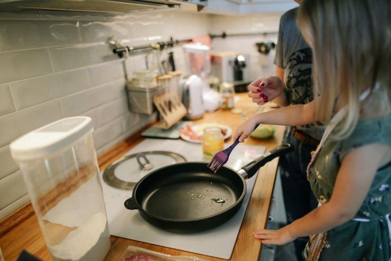 ▲好用的「不沾鍋」早成為每家每戶必備的烹調用具。(圖/翻攝Pexels)
