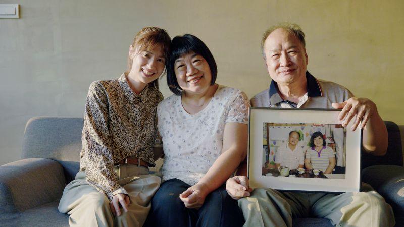 ▲因為拍攝《快門下慢刻哲學》紀錄片而結緣,林予晞(左)與張旭輝夫妻感情有如家人一般。(圖/公視)