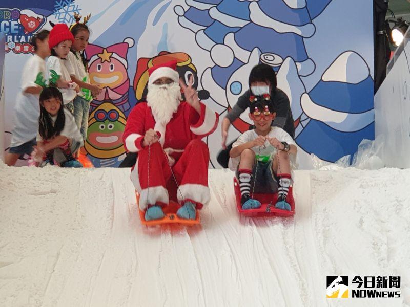 ▲台中大魯閣新時代迎接耶誕檔期,推出不冷的滑雪場,耶誕老公公向大小朋友招手一起體驗玩雪樂趣。(圖/記者金武鳳攝,2020.12.4)