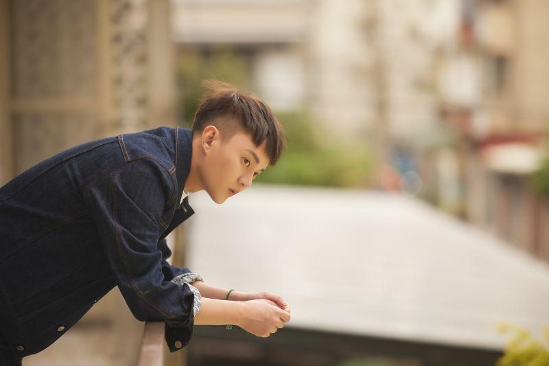 許富凱在新歌MV中,與方馨大談姐弟戀。(圖/凱聲影藝提供)