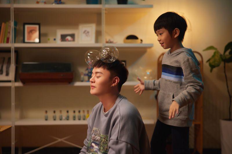▲許富凱在新歌MV中,與方馨大談姐弟戀。(圖/凱聲影藝提供)