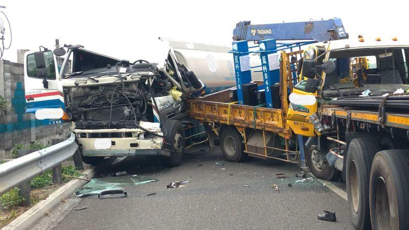 ▲國道1號雲林系統附近,今日上午發生一起5輛大型車輛追撞的重大事故。(圖/記者簡勇鵬攝,2020.12.04)