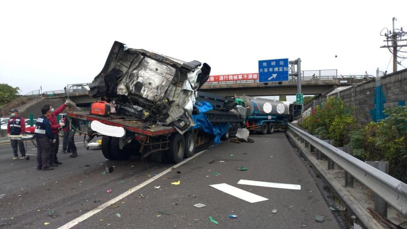 國一斗南系統大型車連環撞 兩車司機受困送醫無大礙