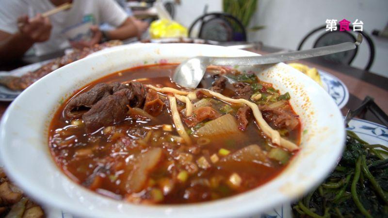 ▲大園大飯店的招牌菜色-紅燒牛肉麵。(圖/翻攝YT「第食台」)