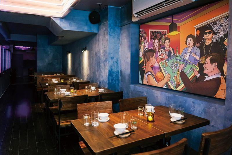▲以台灣國碼886命名,餐廳內設採用藍色為主調,牆上掛著陳菊、林書豪、周杰倫、李安四位來自台灣不同領域的名人打麻將的壁畫,相當有台灣特色。