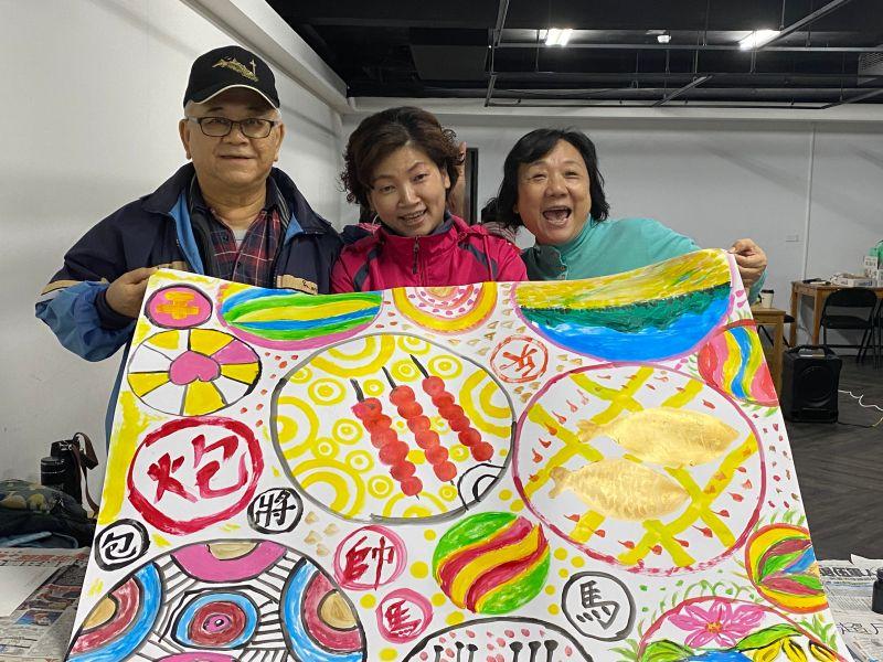 阿公阿嬤畫出蘋果、大圓裙、金柑糖和象棋,色彩鮮豔筆觸樸趣