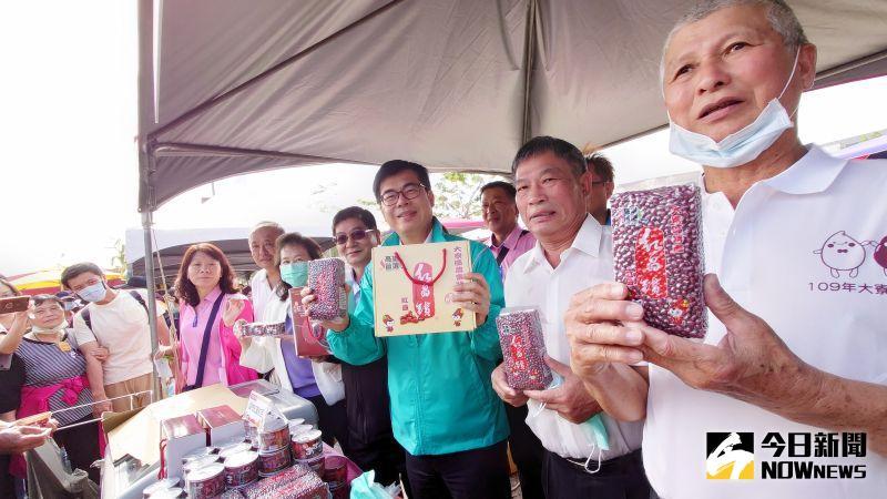 參加大寮紅豆節活動,高雄市長陳其邁笑說:「全台灣最愛吃紅豆的市長就是陳其邁市長」。(圖/記者鄭婷襄)