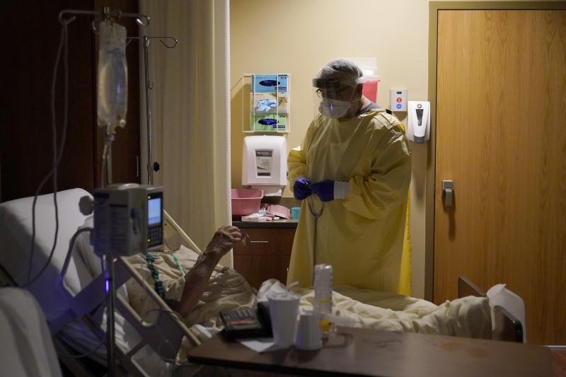 ▲美國約翰霍普金斯大學(Johns Hopkins University)統計顯示,美國9日通報超過3000人新冠肺炎不治,創下4月以來單日新高紀錄。圖為近期因疫情爆發,美國各大醫院求診與住院率大增。(圖/美聯社/達志影像)