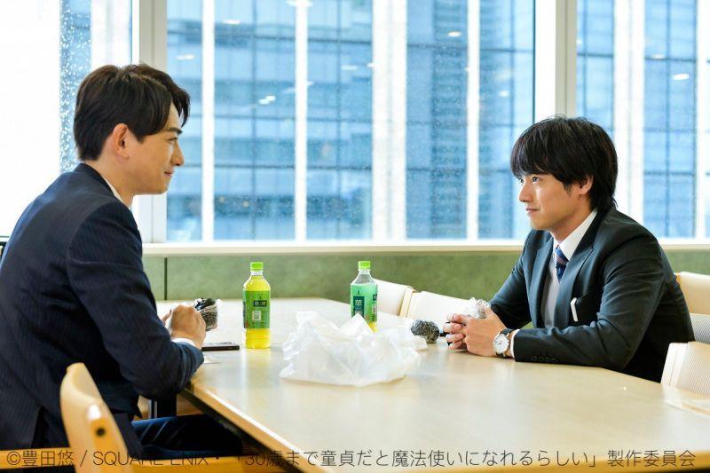 ▲黑澤(左)跟安達在公司餐廳約會。(圖/如果30歲還是處男,似乎就能成為魔法師