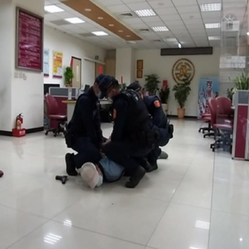 中警銀行防搶演練太逼真 行員驚叫