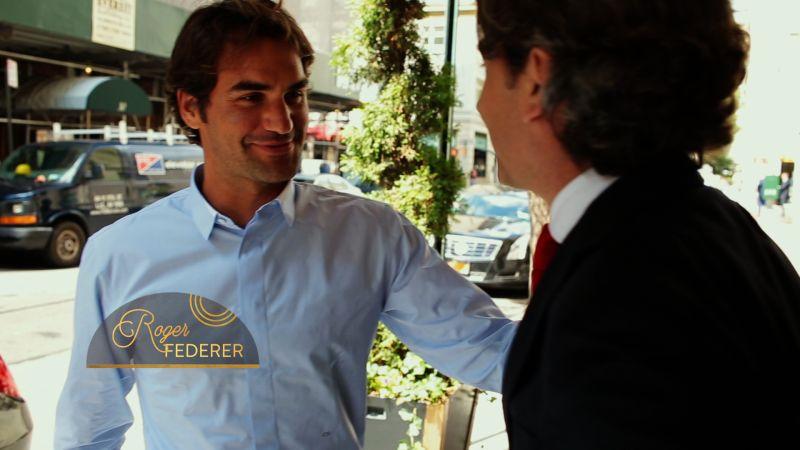 ▲網球巨星費德勒(左)親切與瑰麗酒店員工聊天。(圖/車庫)