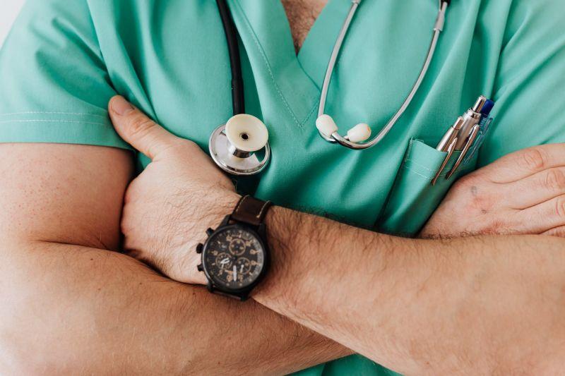 ▲急診室人員詢問家屬聯絡電話時,女子不斷喊「寶貝」,結果被醫師怒甩巴掌。(示意圖/翻攝自《pexels》