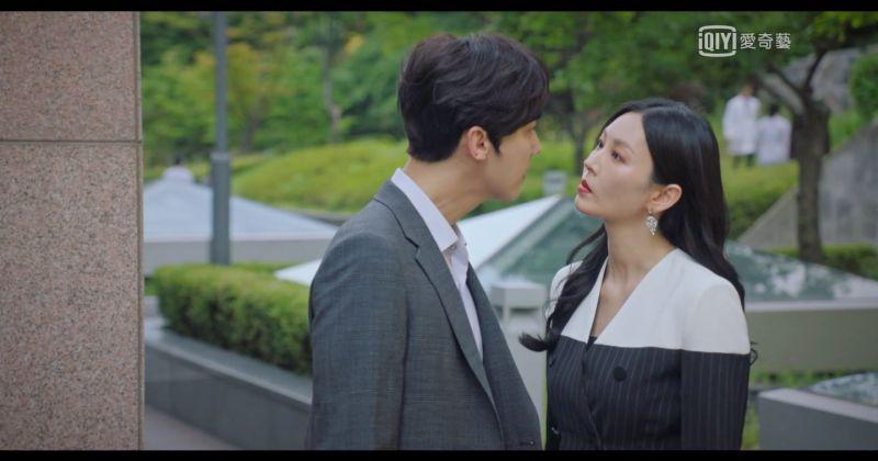 ▲劇中,金素妍(右)感情不忠卻理直氣壯,狂言「外遇就像車禍一樣隨時發生」。(圖/翻攝愛奇藝)
