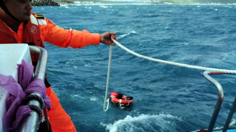 潛水客在海面漂流待救 海巡艇惡海搏浪成功救援