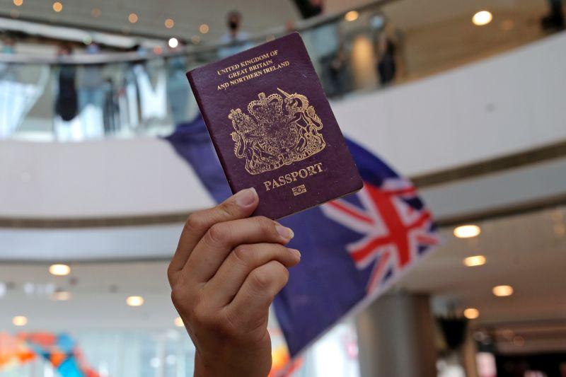 ▲中國當局昨天宣布不承認英國國民(海外)護照(俗稱BNO護照)作為旅行證件及身分證明。專家預料,北京會有嚴厲反制措施,例如可取消當事人香港永久居民身分。(圖/美聯社/達志影像)