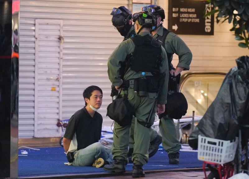 ▲香港示威期間,被警方攔查的許智峯。(圖/美聯社/達志影像)
