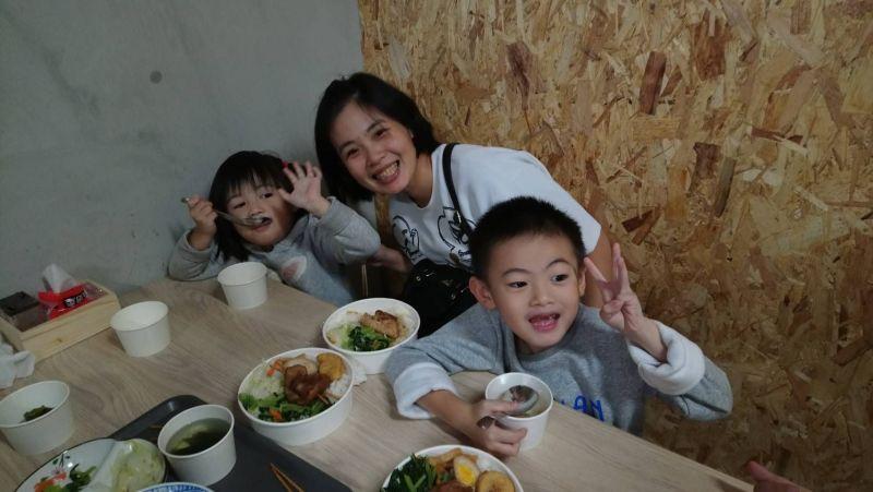 ▲家扶親子大快朵頤彰化美食爌肉飯套餐,每一口都是溫暖與幸福。(圖/記者葉靜美攝,2020.12.06)