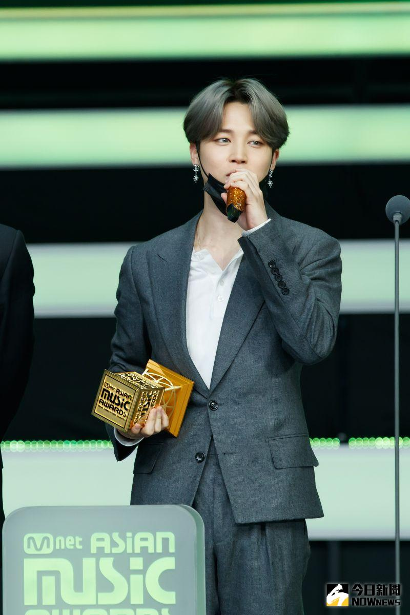 ▲▼BTS今晚首個獎作為「最佳舞蹈男團」,成員Jimin(下)代表致詞。(圖/CJ