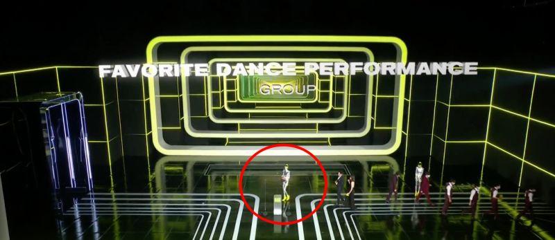 ▲消毒小姐(紅圈處)努力噴酒精。(圖/翻攝Mnet)