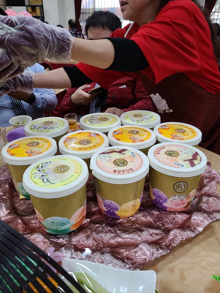 ▲網友分享去吃婚宴時看到甜點是整桶冰淇淋,感到非常新鮮。(圖/翻攝爆廢公社二館)