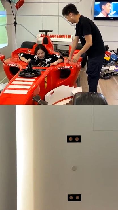 ▲林志穎教楊秀蓉如何坐進F1法拉利賽車。(圖/楊秀蓉