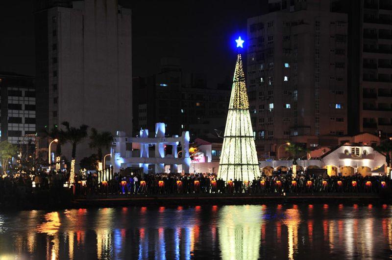 ▲河樂廣場前雪白聖誕樹與運河波光粼粼互相輝映,美不勝收(圖/台南市政府提供)