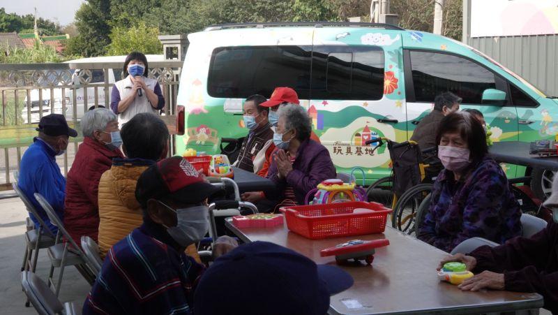 ▲首站抵達麥寮,台塑志工陪伴長者進行玩具拆解、團康、桌遊等活動。(圖/記者洪佳伶攝,2020.12.07)