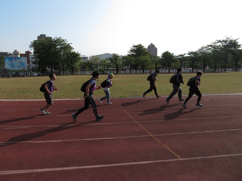 考生須在9分30秒內,背負20公斤砂包跑走1千公尺的負重跑走測考。(圖/林管處提供)