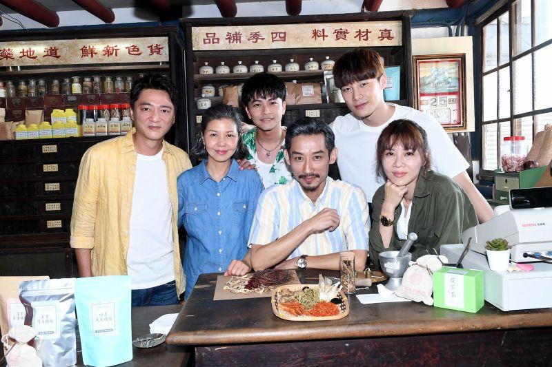 ▲謝盈萱(前排右一)主演的《俗女養成記2》即將上檔。(圖/華視提供)